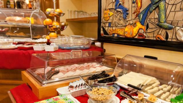 Hotel-Forte-Roma-breakfast-40