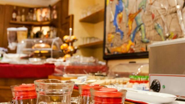 Hotel-Forte-Roma-breakfast-42